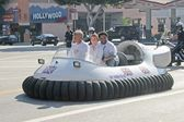 Frankie Muniz and Anthony Anderson arrive on a hovercraft — Stock Photo