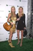 Paris Hilton and Nikki Hilton — Stock Photo