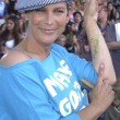 Jamie Lee Curtis shows off her arm which has been autographed by Tony Hawk — Stock Photo