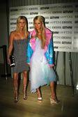 Nicky Hilton and Paris Hilton — Stock Photo