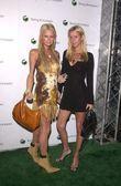 Paris Hilton and Nikki Hilton — Stock Photo