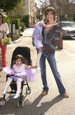 Lisa rinna 和女儿达丽拉和埃米利亚 — 图库照片