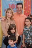 Familia y patrick warburton — Foto de Stock