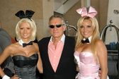 Hugh Hefner with Playboy Bunnies — Zdjęcie stockowe