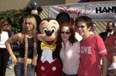 Kaley Cuoco and Amy Davidson and Martin Spanjers and Mickey Mouse — Stockfoto