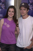 Anne hathaway a topher grace — Stock fotografie