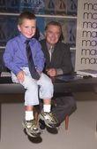 Regis philbin i młody entuzjasta — Zdjęcie stockowe