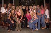 Hugh hefner en zijn vriendinnen — Stockfoto