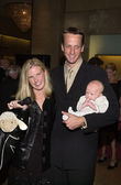 Tony Hawk with wife and child — Stock Photo