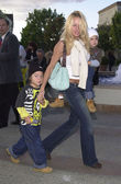 Pamela Anderson and kids — Stock Photo