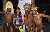 Karen allen en shaka zulu dansers — Stockfoto
