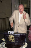 Dennis Franz cuts the cake — Stock Photo