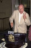 Dennis Franz cuts the cake — Stock Photo
