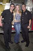 Julie Benz and firemen — Stock Photo
