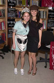 Shiri Appleby and a fan dressed like her TV character — Stock Photo