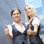duas mulheres de negócios atraente jovem demonstram o sucesso — Foto Stock