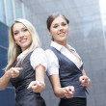 duas mulheres de negócios atraente sobre fundo rua moderna — Foto Stock