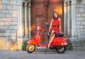 Imagem vintage de jovem atraente e scooter velho — Foto Stock