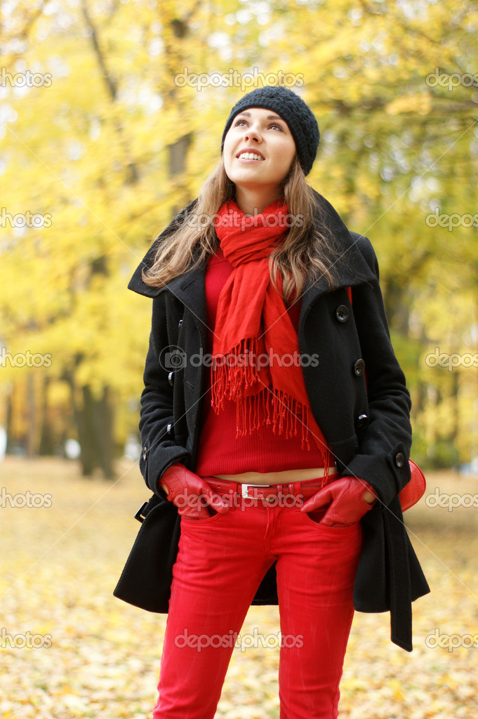 Young attractive girl in autumn park — Stock Photo #14930823