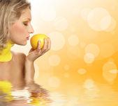 Young beautiful woman eating grapefruit — Stock Photo
