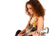魅力的なブルネットのギターを演奏 — ストック写真