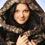 chica joven atractiva con abrigo de piel — Foto de Stock