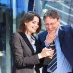 biznesmen pokazano coś w smartphone do asystenta kobiece — Zdjęcie stockowe
