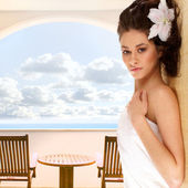 Woman in spa hotel's balcony pver the background of sea and sky — Stock Photo