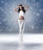 阿芙罗狄蒂时尚拍摄风格的年轻女子 — 图库照片
