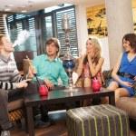 Groupe de jeunes et sexy, fumer le narguilé dans le salon caffee — Photo