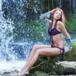 比基尼洗澡在瀑布中的年轻和美丽女孩 — 图库照片