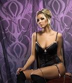 Mulher atraente em lingerie sexy, posando no interior de luxo — Foto Stock