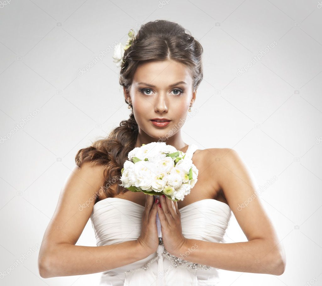 Young attractive bride with the bouquet of white roses — Stock fotografie #15449033