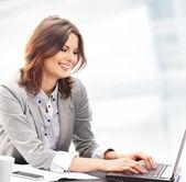Affärskvinna i office — Stockfoto