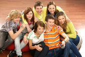 Teenagers watching television on the floor — Stock Photo