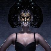 Maskeyi koyu arka plan üzerine çekici genç kadın — Stok fotoğraf