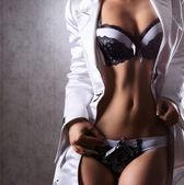 Ciało sexy kobiety w fajny sklep z bielizną — Zdjęcie stockowe