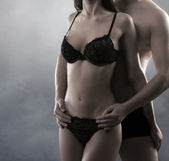 Jonge aantrekkelijke paar in een schemering — Stockfoto