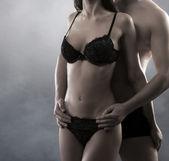 Mladý atraktivní pár v soumraku — Stock fotografie