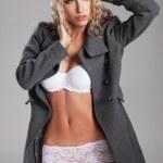 jung und sportlich sexy Frau auf grauem Hintergrund — Stockfoto #15763397
