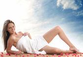 Mladá a krásná blondýna v ručníku — Stock fotografie