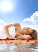 Jeune femme à obtenir un traitement de spa — Photo