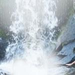 giovane e bella ragazza a fare il bagno bikini in una cascata — Foto Stock