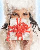 νεαρή και όμορφη γυναίκα, κρατώντας ένα ωραίο χριστουγεννιάτικο δώρο κατά τη διάρκεια — Φωτογραφία Αρχείου