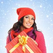 Jonge en mooie vrouw met een mooi kerstcadeau — Stockfoto