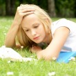 Young beautiful girl reading — Stock Photo