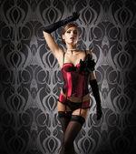 Dançarina de cabare jovem e bela ruiva sobre vintage background — Foto Stock
