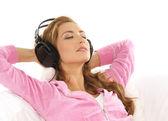 モダンなインテリアで音楽を聴く若い魅力的な女の子 — ストック写真
