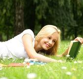 Krásná mladá dívka čtení — Stock fotografie