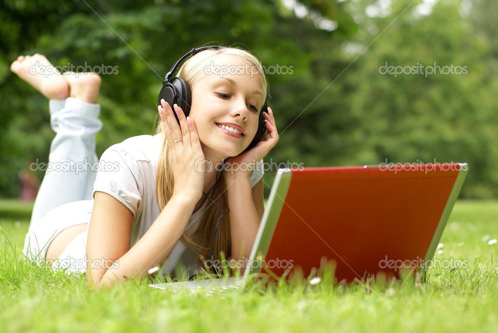 Young attractibe blond is relaxing in the park — Stock Photo #15878647